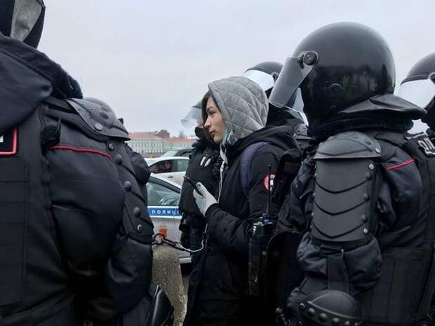 «Били электрошокерами»: на насилие омоновцев на митинге пожаловались пять петербуржцев