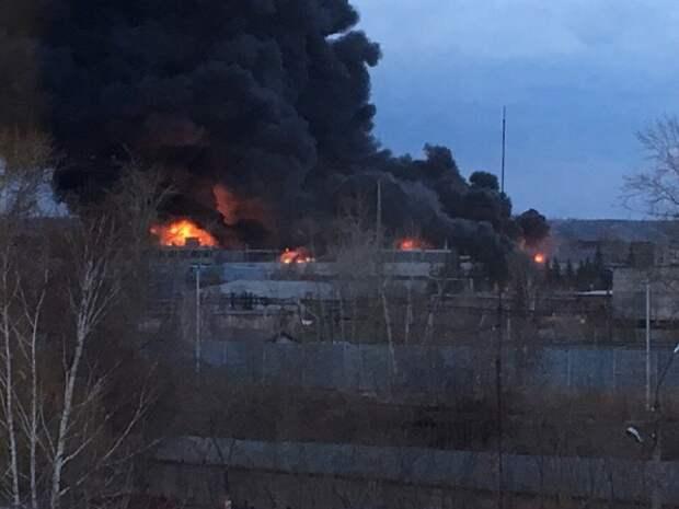 Пожар в промзоне на востоке Москвы увеличился, несмотря на усилия пожарных