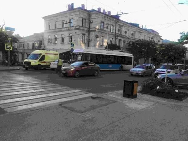 ДТП в центре Севастополя: троллейбус столкнулся с легковушкой (ФОТО)