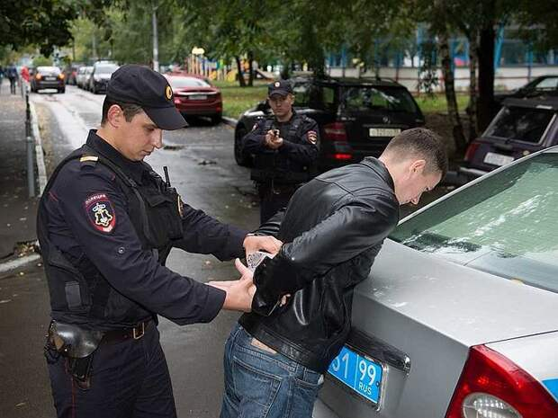 Когда гаишник имеет право заставить водителя выйти из машины