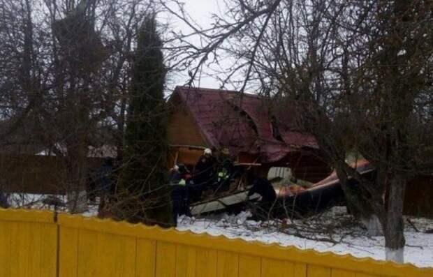 Два человека погибли при падении самолёта на дачный участок в Подмосковье