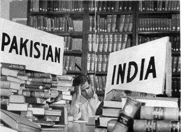 Библиотекарь Национальной библиотеки Калькутты после раздела Индии и Пакистана делит книги между двумя странами, 1947 год. история, мгновения жизни, фотография