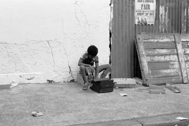 Мальчик с печатной машинкой. Великобритания, Лондон, 1980 год.