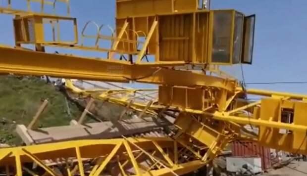На стройке Яблоновского моста в Краснодаре рухнул кран