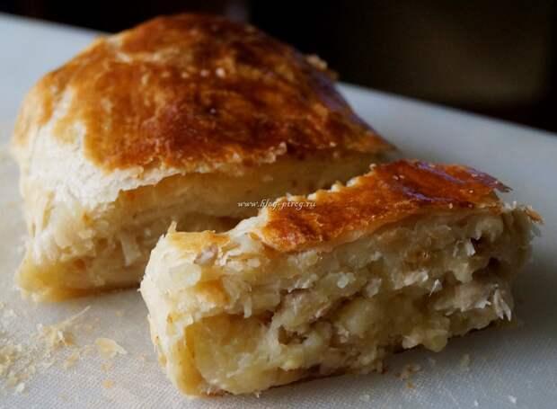 Картофельный пирог из слоеного дрожжевого теста с курицей и луком