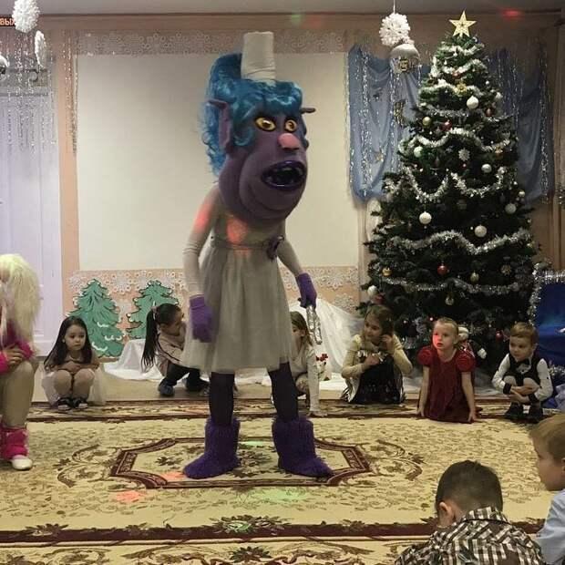А чего стоят современные ростовые куклы... дед мороз, детский сад, новый год, прикол, снегурочка, утренник, школа, юмор