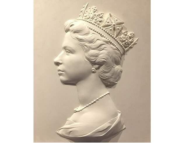 Скульптурное изображения профиля Елизаветы II, которое использовалось для изображения на серии почтовых марок, Арнольд Машен. (сс) Wikimedia Commons