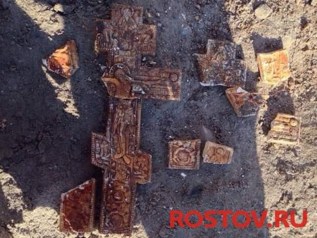 Кресты из девяностых: в центре Ростова во время раскопок нашли десятки гипсовых изделий