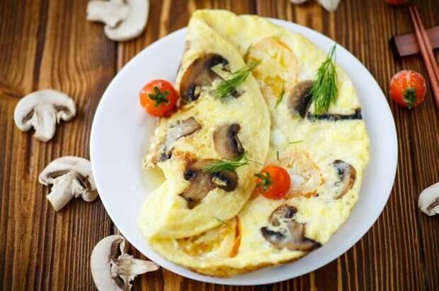 Аппетитный омлет с грибами.