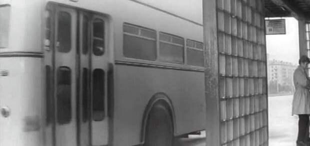 Задняя дверь. Обратите внимание на ее ширину! СССР, авто, автобус, кино, москва, общественный транспорт, троллейбус