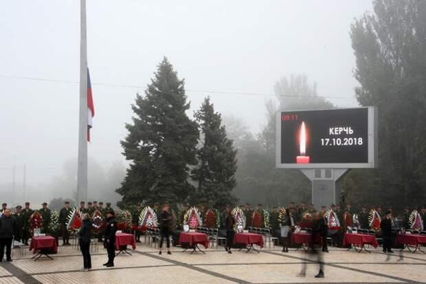 Сколько людей пришли проститься с убитыми в Керчи студентами и преподавателями?