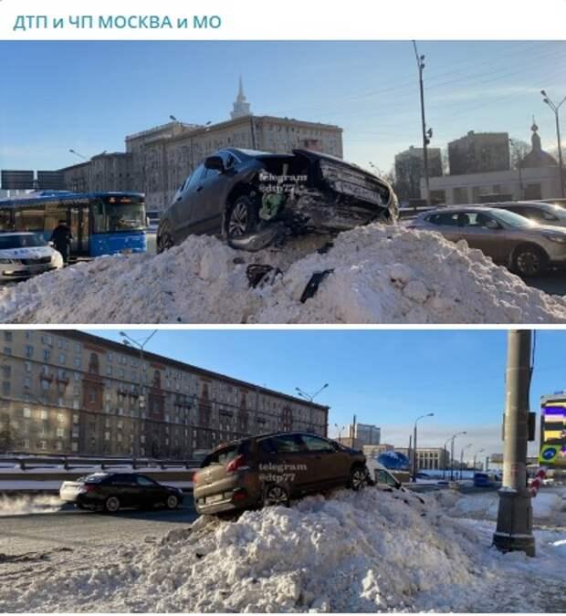 Кроссовер «покорил» сугроб на Ленинградке