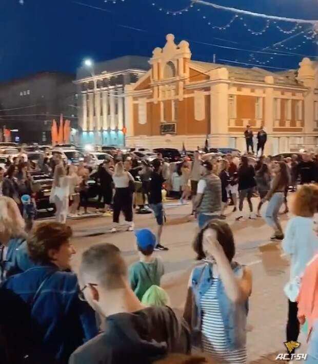 Несколько десятков жителей Новосибирска устроили вечеринку в центре города