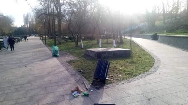 В Симферополе неизвестные сломали урну и испортили плиточное покрытие