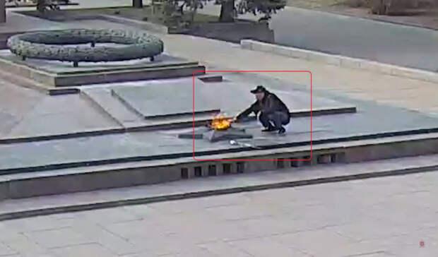 Полиция задержала волгоградца, прикурившего сигарету от Вечного огня