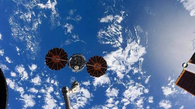 """""""Союз МС-17"""" с тремя членами экипажа МКС спускается с околоземной орбиты"""