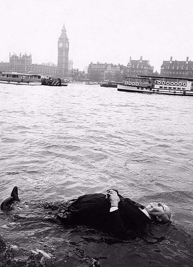 Альфред Хичкок в процессе поиска вдохновения. Река Темза, Лондон Весь Мир, история, фотографии