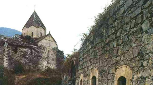 Армянский монастырьЕрекМанкунк(«Трех отроков») в Нагорном Карабахе