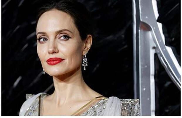 Анджелину Джоли снова заметили у дома бывшего мужа