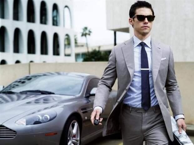 мужчина в костюме рядом с машиной