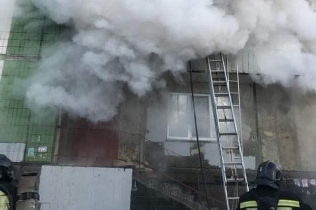 Фото: в Челябинске сгорело общежитие, детей пришлось выкидывать из окон