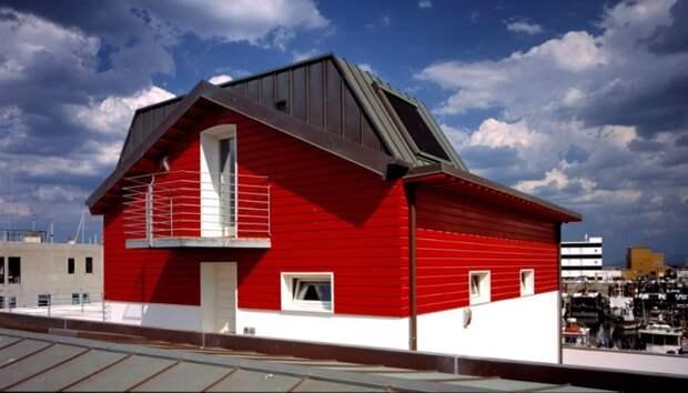 Финское архитектурное решение, где первый этаж идет из бетона, а уже второй или мансардный делается из дерева.