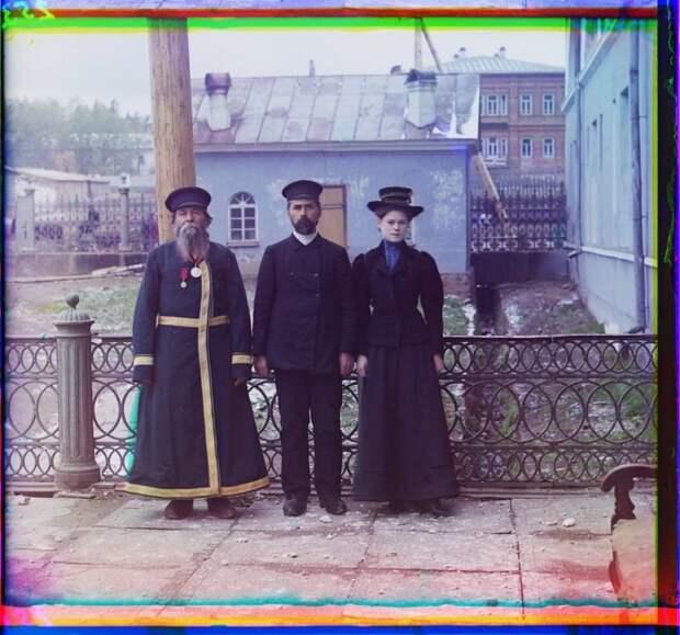 Городской служащий А.П.Калганов позирует для портрета с сыном и внучкой, город Златоуст империя., путешествия, цветное фото