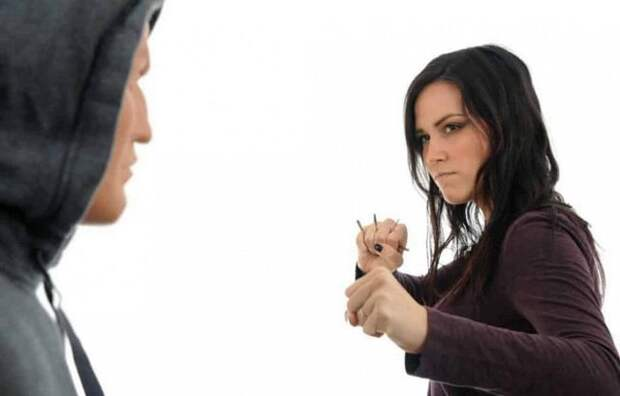 девушка нападает с ключами на мужчину