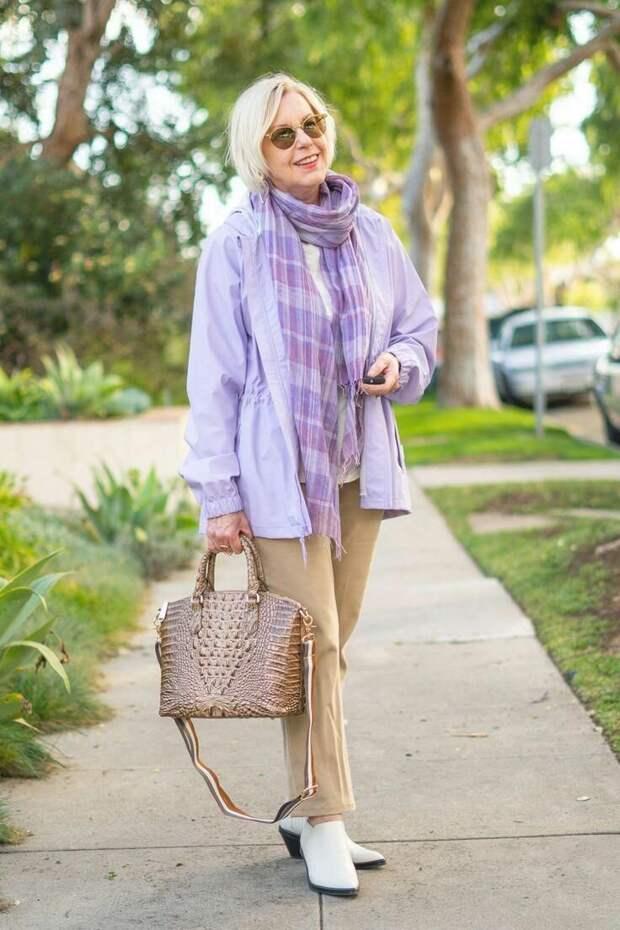 Взрослая женщина ходит с фактурной сумкой. /Фото: i.pinimg.com