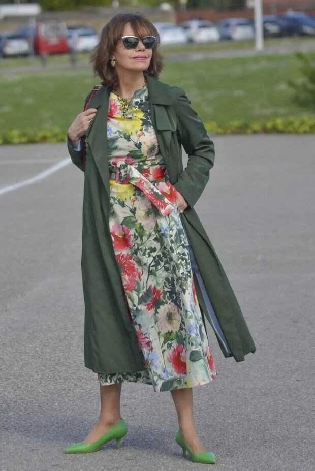 Женщина 50+ в цветочном платье и тренче. /Фото:  r2.mt.ru