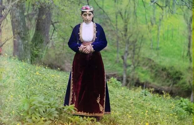 Армянка в национальном костюме позирует фотографу на холме недалеко от Артвина (сейчас принадлежит Турции) в 1910 году. (Prokudin-Gorskii Collection/LOC) империя., путешествия, цветное фото
