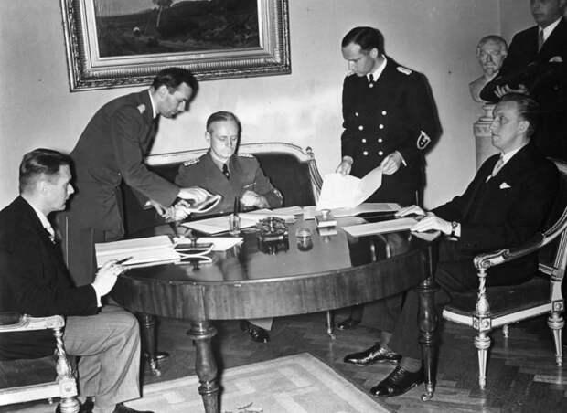 Подписание германо-латвийского и германо-эстонского пактов о ненападении. Сидят (слева направо): В. Мунтерс, И. фон Риббентроп, К. Сельтер – министр иностранных дел Эстонии