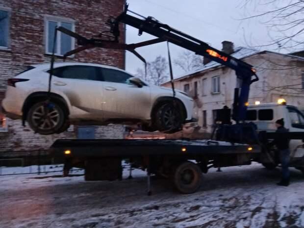 Жительница Ижевска оплатила долги после эвакуации «Лексуса»
