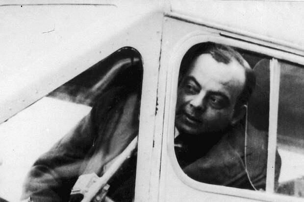 Антуан де Сент-Экзюпери в кабине самолета