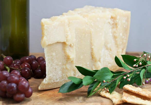 Королём итальянского твёрдого сыра считается пармезан за свой нежный вкус с пикантным послевкусием. Он включён в рацион космонавтов Международной космической станции, так как он богат витаминами и минеральными соединениями, отлично усваивается и является источником ценного концентрированного белка. (Artizone)