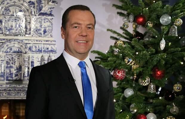 """Будучи президентом, Дмитрий Медведев в новогоднем поздравлении 2011 года  заявил, что Россия - """"молодая 20-летняя государственность"""". Мой сын-школьник смеялся до слёз..."""