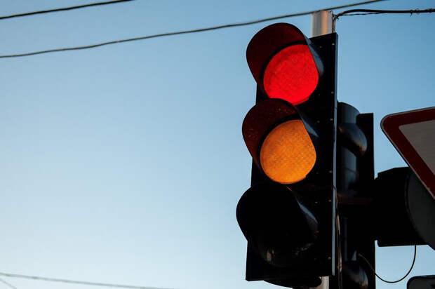«Снимает и убегает». Новое мошенничество с «кражей» автознака на светофоре