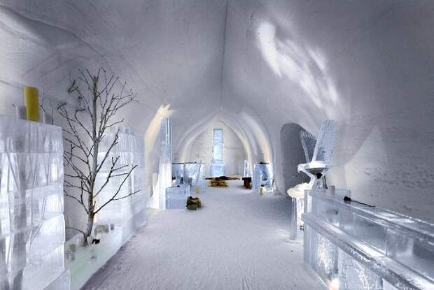 На территории комплекса есть ледяная часовня (отель Kakslauttanen в Лапландии).