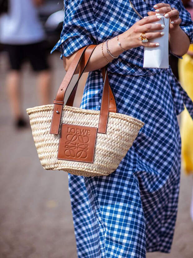 Самая желанная сумка этого лета: как модные блогеры носят главный тренд сезона