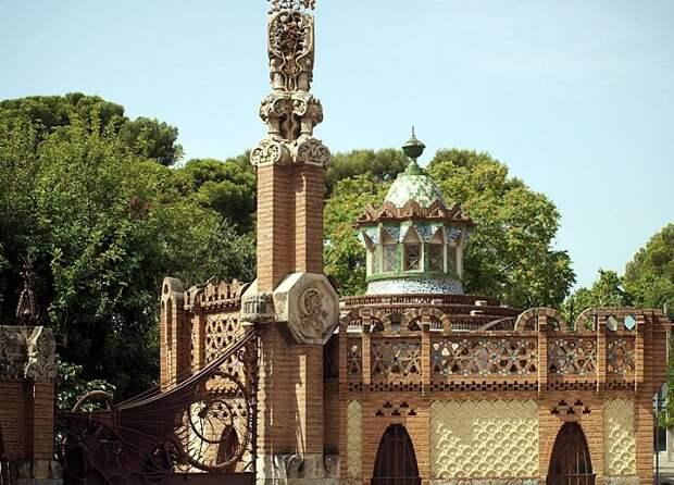 Все постройки были оформлены в едином стиле (Pavellons Guell).
