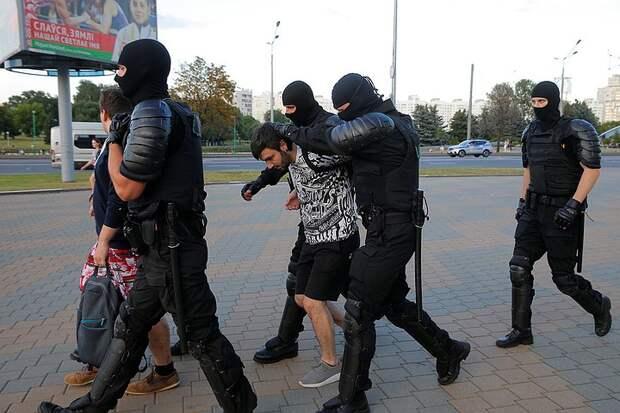 Люди в Минске идут брать реванш у ОМОНа за ночное побоище