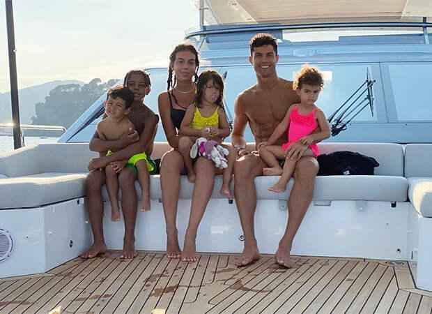 Криштиану и Джорджина с детьми