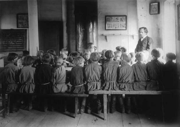 Детская столовая в школе. Село Черновское, Нижегородская губерния, Сергачский уезд, 1891-1892 год.