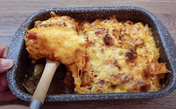 Запекаем в одном противне ужин на всю семью: кладем слоями мясо, картошку с овощами и заливаем соусом