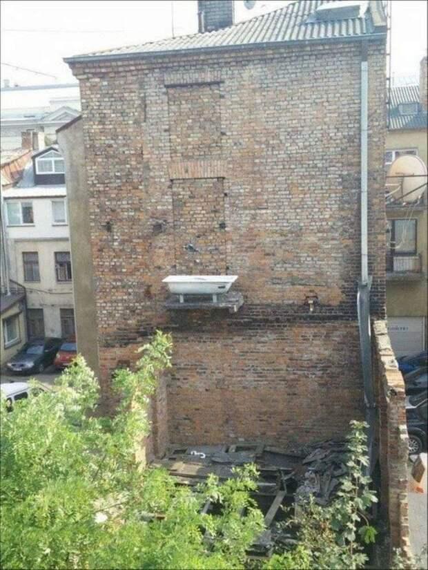 15 странных балконов, мимо которых вы бы не только не прошли, но еще бы и друзьям рассказали