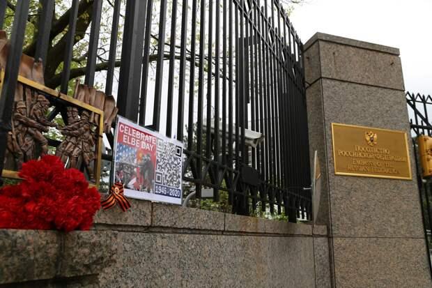 Российские дипломаты в Нью-Йорке пожаловались на мужчину, который ежедневно швыряет в окна камни