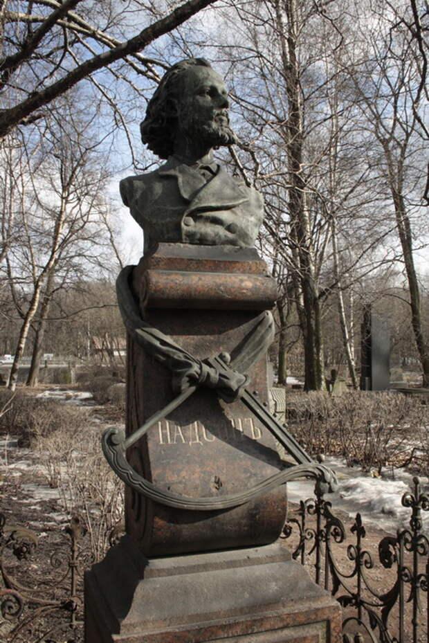 Памятник на могиле Надсона в Санкт-Петербурге