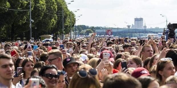 За три часа гости «Бургерфеста» в Парке Горького съели 20 тыс бургеров. Фото: mos.ru