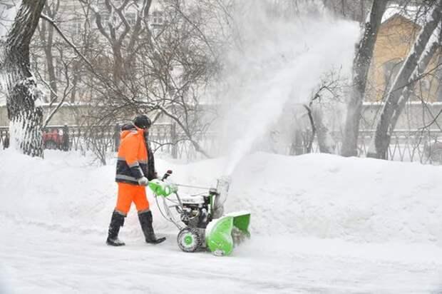 На Дубнинской улице убрали снеговые кучи