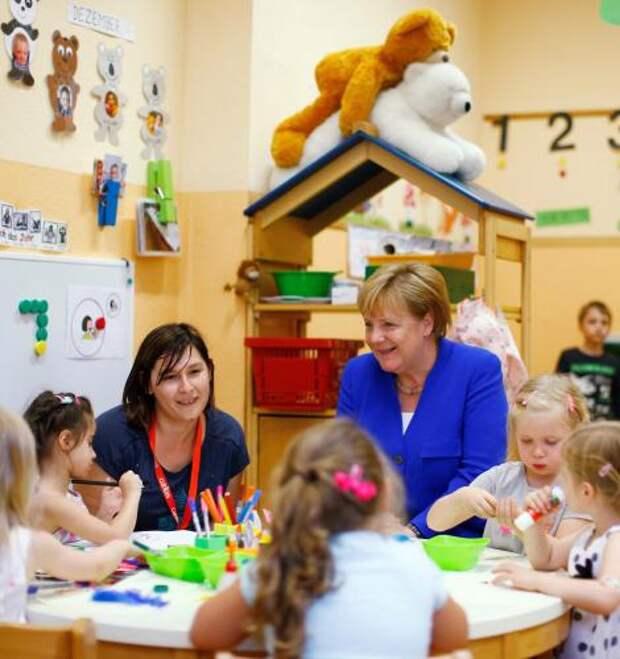 Меркель опять поставили в неловкое положение, разместив за её спиной легкомысленных медведей